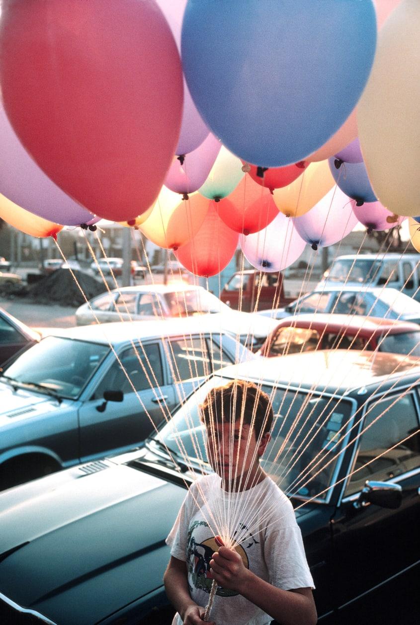 дэвид алан харви, david alan harvey, 1987, Чили, мальчик с воздушными шарами, boy with balloons, portrait, портрет, фотограф, история фотографии, фотограф, подкаст, подкаст о фотографии,